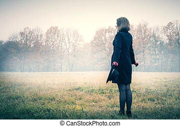 mulher, nevoeiro, feliz