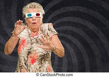 mulher, observando filme, amedrontado, sênior, 3d