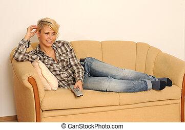 mulher, observar, sentando, jovem, sofá, tv.