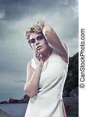 mulher, obtendo, água, através, retrato, vestido branco