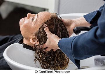 mulher, obtendo, cabelo, lavado, em, salão