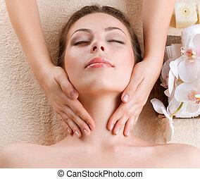 mulher, obtendo, jovem, massage., facial, spa, massagem