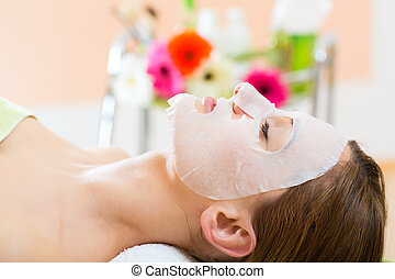 mulher, obtendo, wellness, -, máscara, rosto, spa