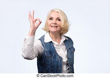 mulher, ok, sinal., casual, loiro, roupas, sênior, mostra