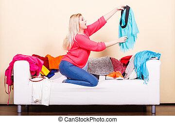 mulher olha, através, roupas, ligado, sujo, sofá