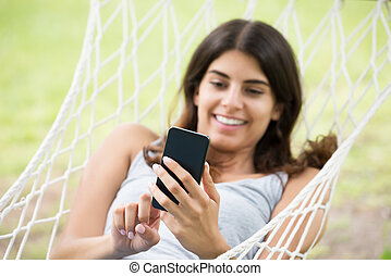 mulher olha, em, dela, telefone móvel