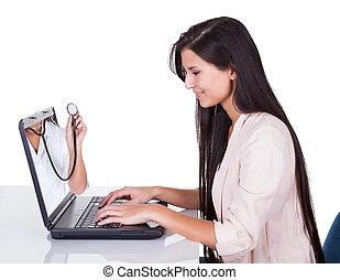 mulher olha, em, laptop