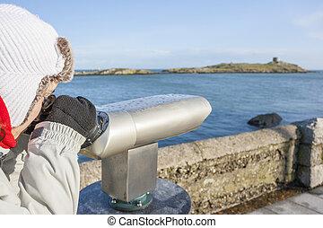 mulher olha, para, dalkey, ilha, por, binóculos