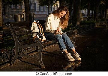 mulher, outono, morena, sorrindo, vista, lado, roupas