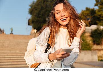 mulher, outono, smartphone, morena, segurando, sorrindo, roupas