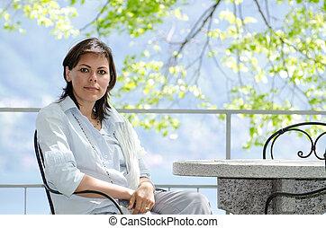 mulher, pátio, sentando