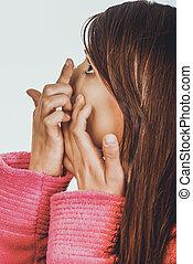 mulher, pôr, lente contato, em, dela, eye.