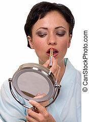 mulher põe maquiagem