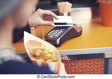 mulher, pagar, para, comida insalubre, por, cartão crédito