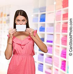 mulher, painél publicitário, dela, boca covering, em branco