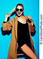 mulher, pano, moda, luminoso azul, excitado, modelo, verão, glamor, jovem, elegante, fundo, alto, loura, look., engraçado, bonito, hipster