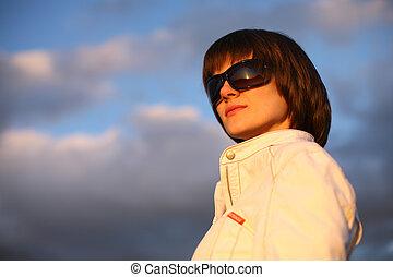 mulher, panorâmico, sobre, céu, jovem, confiante, ao ar livre