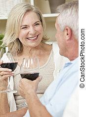 mulher, &, par, homem, lar, sênior, feliz, vinho bebendo