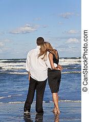 mulher, par romântico, abraçar, praia, homem
