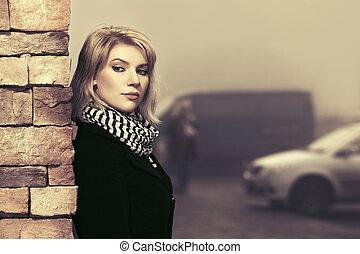 mulher, parede, agasalho, jovem, moda, pretas, tijolo