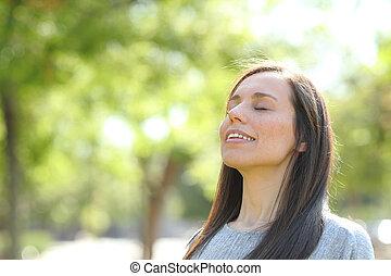 mulher, parque, ar, respirar, floresta, fresco, ou, feliz
