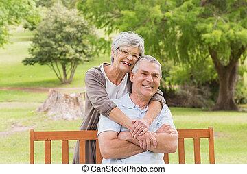 mulher, parque, atrás de, abraçar, homem sênior
