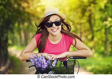 mulher, parque bicicleta, montando, retrato, sorrindo