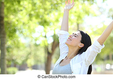 mulher, parque, braços, celebrando, dia novo, levantamento, feliz