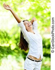 mulher, parque, braços, jovem, levantamento, feliz