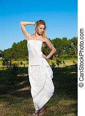 mulher, parque, jovem, loura, vestido branco