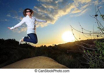 mulher, parque, jovem, pular, pôr do sol, feliz