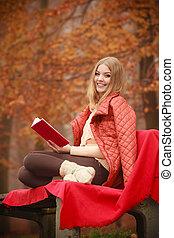 mulher, parque, livro, sentando