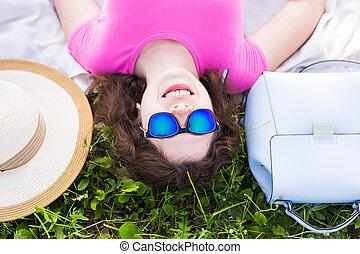 mulher, parque, topo, deitando, jovem, retrato, capim