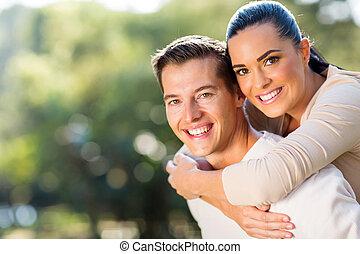 mulher, passeio, costas, namorados, piggyback, desfrutando