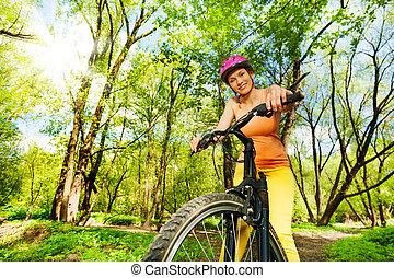 mulher, passeio, ensolarado, bicicleta, floresta, ativo, durante
