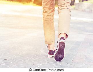 mulher, passeio, pernas