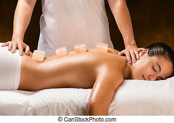 mulher, pedra, tendo, quentes, spa., himalayan, massagem