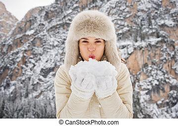 mulher, pele, ao ar livre, neve, câmera, soprando, mãos, chapéu
