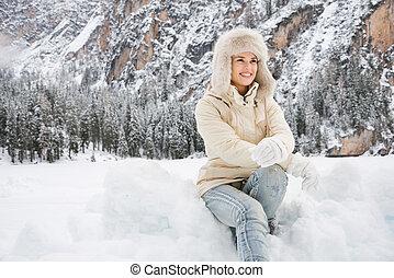 mulher, pele, sentando, agasalho, neve, ao ar livre, chapéu branco