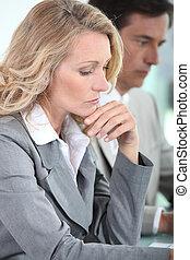 mulher pensando, reunião