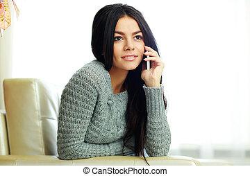 mulher, pensativo, telefone, jovem, falando, lar