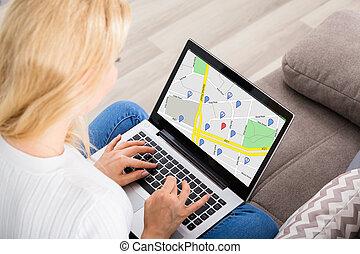 mulher, percorrendo, gps, mapa, ligado, laptop