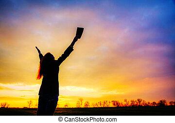 mulher, permanecer, com, mãos levantadas