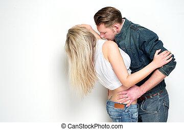 mulher, pescoço, jovem, beijando, homem, bonito