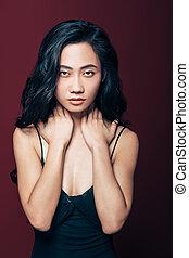 mulher, pescoço, olhando jovem, câmera, asiático, mãos