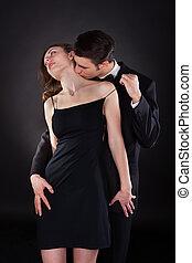 mulher, pescoço, removendo, tira, enquanto, beijando,...