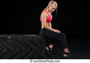 mulher, pneu, sentando