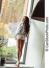 mulher, posar, windowsill