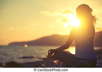 mulher, pose lotus, meditar, praia ocaso