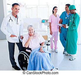 mulher, positivo, levando, equipe, sênior, cuidado médico